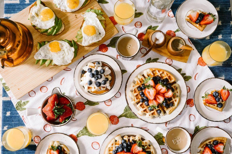 Szendvics, gofri, gyümölcs és zöldség: egy teljes értékű reggeli a családnak.