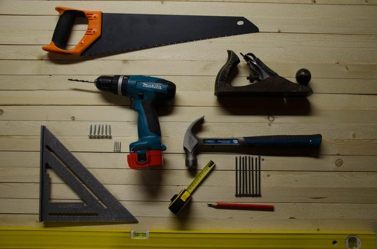 A bútortervezés és szerelés nélkülözhetetlen eszközei