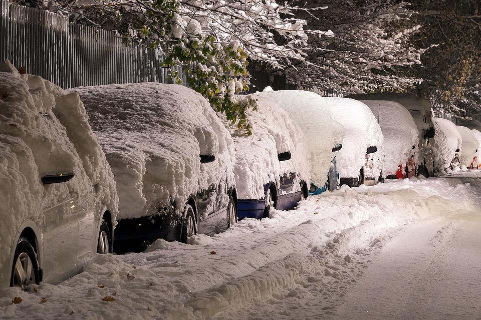 Gyorsan kiszabadíthatjuk az autót a hó fogságából egy autós hólapáttal.
