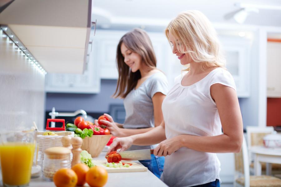 Anya és lánya a konyhában