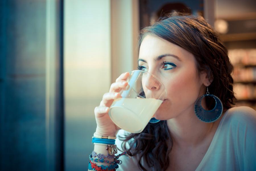 Nő limonádéval