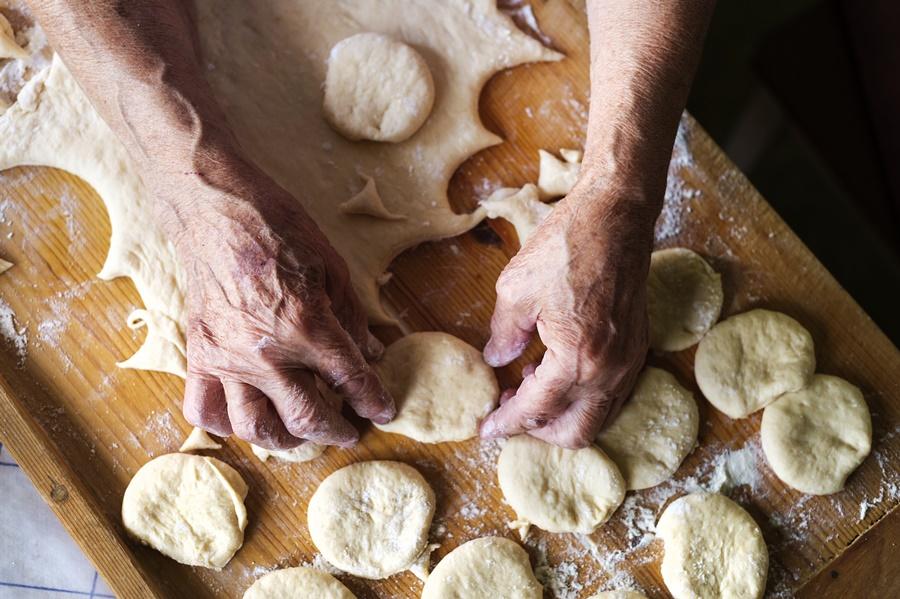 nagymama tésztát szaggat