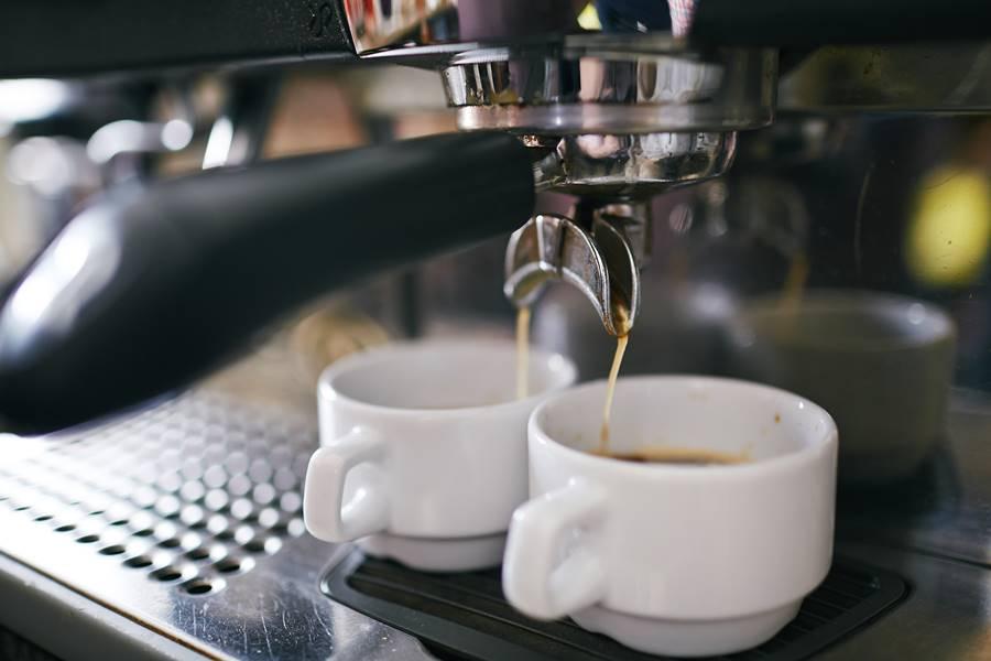Profi kávégéppel készül a presszókávé