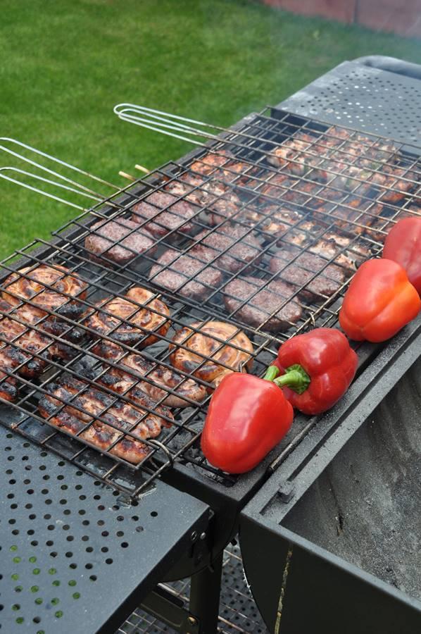 Sütögetés a kerti grillezőhelyen